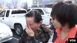涉嫌从事间谍活动被捕的中国公民姜波的母亲接受美国之音记者采访 (美国之音常晓拍摄)