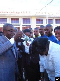 """O governador de Malanje """"baptiza"""" uma caloira do curso de Pedagogia"""