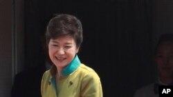 한국 박근혜 대통령 미국 출발 전 서울공항에서 인사하고 있다