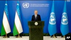 O'zbekiston Prezidenti Shavkat Mirziyoyev BMT Bosh assambleyasi yig'inida videomurojaat orqali ishtirok etmoqda, 2021-yil, 21-sentabr.