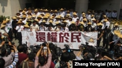 台灣學運領袖重返立法院要求還權於民(美國之音張永泰拍攝 )