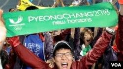 Warga Korea Selatan merayakan terpilihnya Pyeongchang sebagai tuan rumah Olimpiade Musim Dingin 2018.