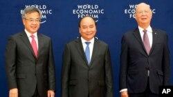 Trái qua phải: Phó thủ tướng TQ Hồ Xuân Hoa, Thủ tướng VN Nguyễn Xuân Phúc và Chủ tịch điều hành Diễn đàn Kinh tế Thế giới Klaus Schwab trong buổi họp ở Hà Nội ngày 12/9/2018 .
