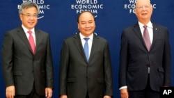 Thủ tướng Nguyễn Xuân Phúc chụp ảnh với Phó Thủ tướng Trung Quốc Hồ Xuân Hoa và Chủ tịch Diễn đàn Kinh tế Thế giới, ông Klaus Schwab, hôm 12/8.