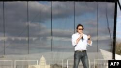 Direktor kampanje Mreže dana Zemlje 2010 Nejt Bajer govori okupljenima na Nacionalnom molu u Vašingtonu
