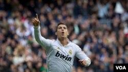 Cristiano Ronaldo merayakan kemenangan setelah mencetak gol ke gawang Ossasuna di Madrid bulan lalu. Ia berpeluang meraih gelar player of the year FIFA tahun ini. (Foto:dok)