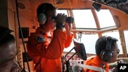 Không quân Indonesia trên máy bay C-130 tham gia hoạt động tìm kiếm chiếc máy bay bị mất tích ngoài khơi eo biển Karimata ở Indonesia, ngày 29/12/2014.