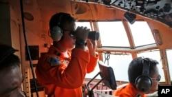 印尼空军出动C130大力神运输机,在卡里马塔海峡搜寻失踪客机。