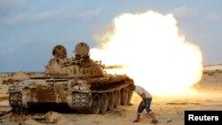 2일 리비아 시르테 외곽에서 정부를 지원하는 무장세력 대원들이 소련제 T-55 탱크에서 시르테를 ISIL 대원들을 향해 포탄을 발사하고 있다.
