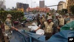 시위대가 사용한 천막을 철거하는 이집트 병사들
