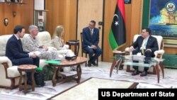 La chargée d'affaires Stephanie Williams et le commandant de l'AFRICOM, le général Thomas Waldhauser, ont rencontré le Premier ministre libyen Fayez Al-Sarraj à Tripoli, le 31 mai 2018.