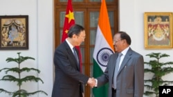 Cố vấn An ninh Quốc gia Ấn Độ Ajit Kumar Doval và Ủy viên Quốc vụ Trung Quốc Dương Khiết Trì bắt tay trước khi bắt đầu vòng đàm phán về biên giới lần thứ 18 tại New Delhi, ngày 23/3/2015.