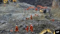 搜救工作人員在金礦現場救援
