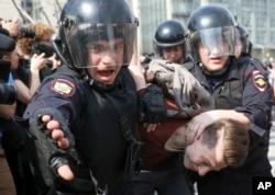 Müxalif namizədlərin diskvalifikasiyası Moskvada genişmiqyaslı etirazlara yol açıb.
