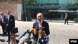 لوران فابیوس وزیر خارجه فرانسه در حال گفتگو با خبرنگاران در مقابل هتل کوبورگ وین محل برگزاری مذاکرات اتمی ایران و گروه ۱+۵