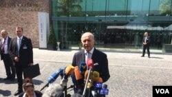 Francuski ministar spoljnih poslova Loran Fabijis obraća se novinarima ispred hotela Koburg u Beču.