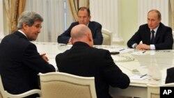 President Vladimir Putin (kanan) didampingi Menlu Rusia Sergei Lavrov melakukan pembicaraan dengan Menlu AS John Kerry (kiri) di Moskow, Selasa (7/5).