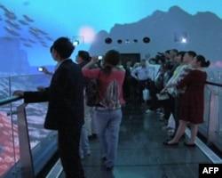 民众在720度全天域剧场体验台湾的山水景观