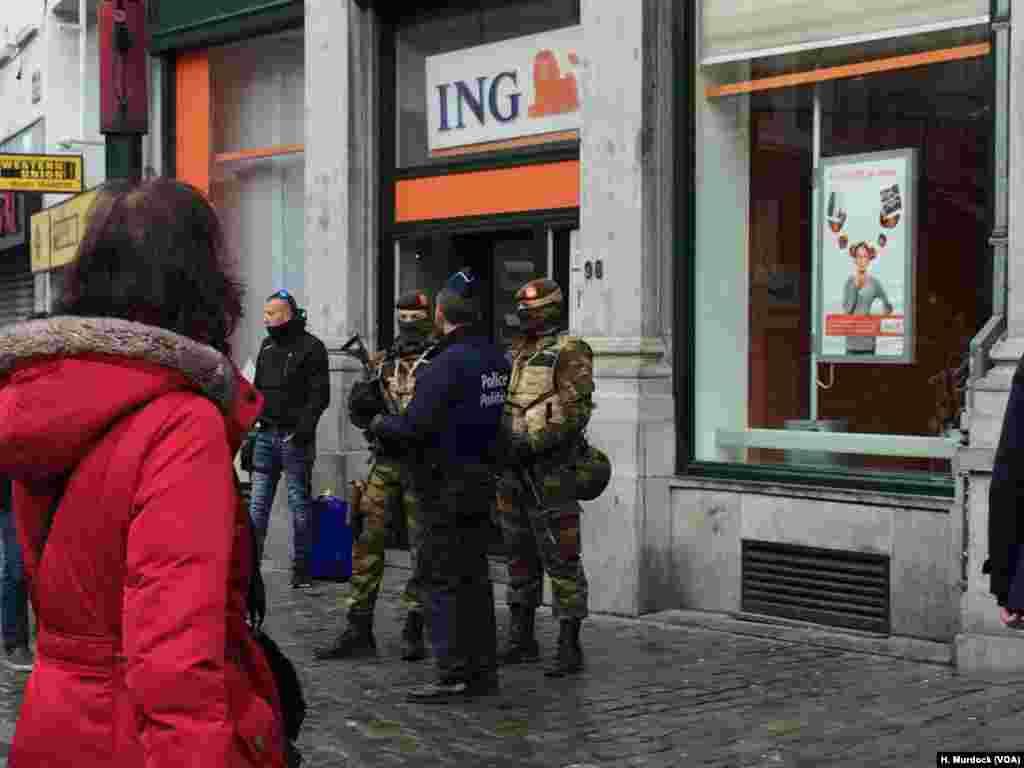 Brussels mempertahankan status siaga tinggi hari Minggu (22/11), di saat pihak berwenang mengantisipasi apa yang dikhawatirkan merupakan serangan teroris masif.