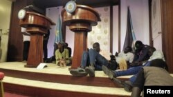 Journalists are seen on the podium following sounds of gunshots before a news conference by South Sudan President Salva Kiir, First Vice President Riek Machar and other officials inside the Presidential State House in Juba, July 8, 2016.