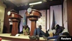 Wartawan di podium setelah suara tembakan sebelum konferensi pers Presiden Sudan Selatan Salva Kiir, Wakil Presiden Riek Machar dan pejabat pemerintah lainnya pada 8 Juli.