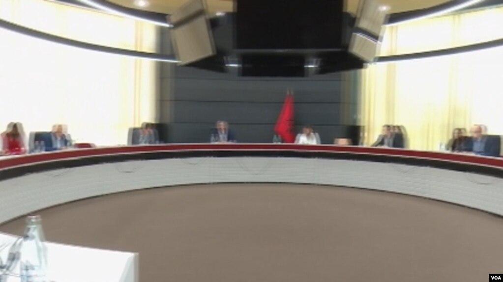 Tiranë, Reforma zgjedhore, bisedime në prani të ambasadorëve