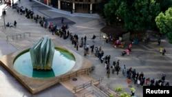 ARSIP – Antrian panjang keluarga tunawisma dan individu berjajar untuk menghadiri Project Homeless Connect di San Diego, California, 28 Januari 2015 (foto: REUTERS/Mike Blake)