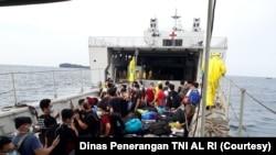 Evakuasi ABK 'World Dream' dari KRI dr. Soeharso di perairah Kepulauan Seribu menuju Pulau Sebaru Kecil. (Foto: Courtesy/Dinas Penerangan TNI AL RI)