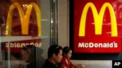 Los trabajadores de McDonalds en 10 ciudades de EE.UU. participan en una huegla contra el acoso sexual el mates, 18 de septiembre de 2018.