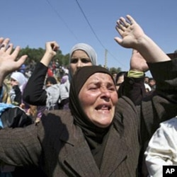 Mulher durante uma manifestação contra o presidente Assad