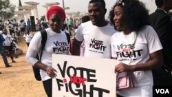 Des manifestants appellent à des élections pacifiques au Nigeria, Abuja, le 6 février 2019. (G. Alheri/VOA)