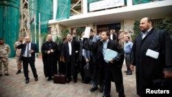 وکیلان لیبیایی از حکم دادگاه عالی لیبی ابراز شادی می کنند. بیرون دادگاه عالی لیبی، طرابلس، ۶ نوامبر ۲۰۱۴