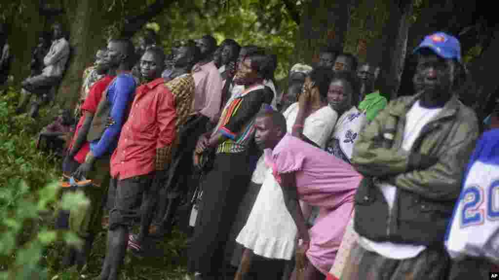 Des habitants des alentours se sont attroupés près de l'épave de l'Antonov qui s'est écrasé à Juba, Soudan du Sud, 4 novembre 2015. (AP Photo/Jason Patinkin)