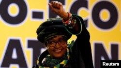 Winnie Mandela saluant les sympathisants à la 54e Conférence de l'ANC à Johannesburg, en Afrique du Sud, le 16 décembre 2017.