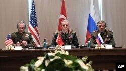 Tổng Tham mưu trưởng Liên quân Nga, Đại tướng Valery Gerasimov, phải, họp với người tương nhiệm Thổ Nhỉ Kỳ, giữa, và Mỹ, trái, để bàn về Syria và Iraq ngày 7/3/2017