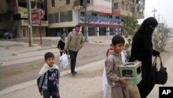 Dân chúng bỏ nhà đi lánh nạn sau khi giao tranh xảy ra giữa quân đội Iraq và các chiến binh al-Qaida ở Fallujah, 5/1/14