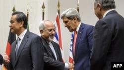 11月24日當美國國務卿克里和其他幾個國家的外長在日內瓦就伊朗核項目達成一項臨時協議。美國國務卿克里和伊朗外長(左二)握手﹐左一為中國外長王毅。