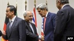 آرشیو - محمدجواد ظریف وزیر خارجه ایران (دوم از چپ) و جان کری وزیر خارجه آمریکا (دوم از راست) پس از توافق موقت هستهای ژنو – ۳ آذر ۱۳۹۲