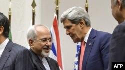 Le négociateur iranien Mohammad Javad Zarif serrant la main au secrétaire d'Etat américain John Kerry