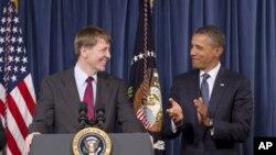 图为奥巴马总统1月6日与消费者金融保护局新局长资料照