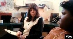 Mariah Carey (kiri) muncul dalam film Precious sebagai guru pembimbing Precious Jones.