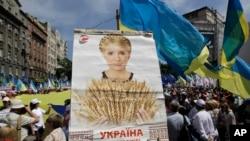 Para pendukung partai oposisi ikut ambil bagian dalam aksi protes di Kiev, Ukraina (18/5).