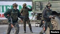 بھارتی فوجی پلوامہ کے قریب مشتبہ عسکریت پسندوں کے خلاف کارروائی کے لیے جا رہے ہیں۔ اس جھڑپ میں ایک میجر سمیت 9 افراد ہلاک ہو گئے تھے۔ 18 فروری 2019