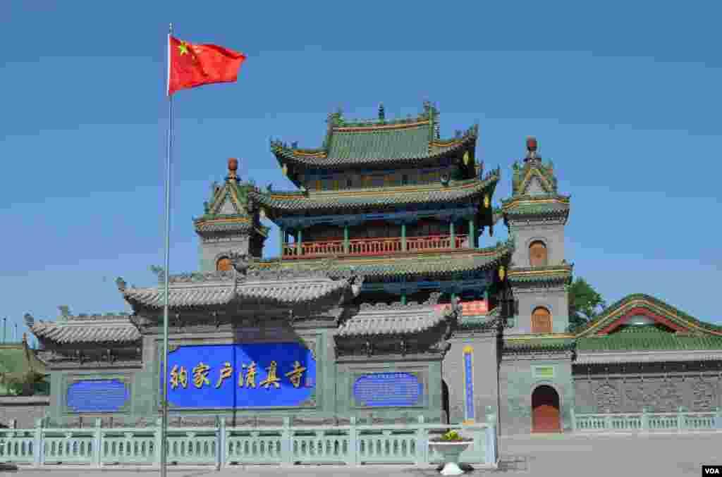 Ngôi đền Hồ Nạp Giáp có hơn 500 tuổi là một trong những đền thờ Hồi giáo xưa nhất tại Trung Quốc. (Stephanie Ho/VOA)