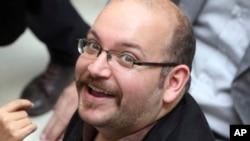 ທ່ານ Jason Rezaian, ຊາວອາເມຣິກັນ ເຊື້ອສາຍອີຣ່ານ ເປັນນັກຂ່າວ ຂອງ ໜັງສືພິມ Washington Post ຍິ້ມແຍ້ມ ໃນຂະນະທີ່ ໄປຮ່ວມງານ ໂຄນະນາຫາສຽງ ຂອງປະທານາທິບໍດີ Hassan Rouhani ໃນເຕຫະຣ່ານ, ອີຣ່ານ.
