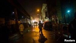 Bomberos trabajan durante la noche en el sitio de la explosión en Harlem, Nueva York.