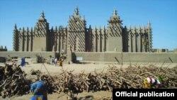 La mosquée de Djenné au Mali, considérée comme la plus grande structure de briques de boue dans le monde (avec la permission d'Unity Productions Foundation)