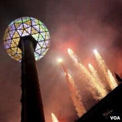 "Times Square di New York menjadi pusat perayaan tahun baru dengan acara puncak penjatuhan bola kristal atau ""ball drops"" (foto dok.)."