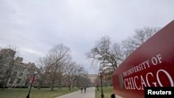 시카고 대학교 교정에서 걷고 있는 학생들.
