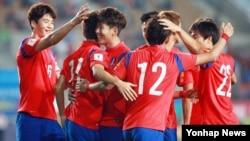 3일 경기도에서 열린 2018 러시아 월드컵 아시아 지역 예선 경기에서 라오스를 상대로 첫 골을 성공시킨 한국 선수팀이 환호하고 있다.